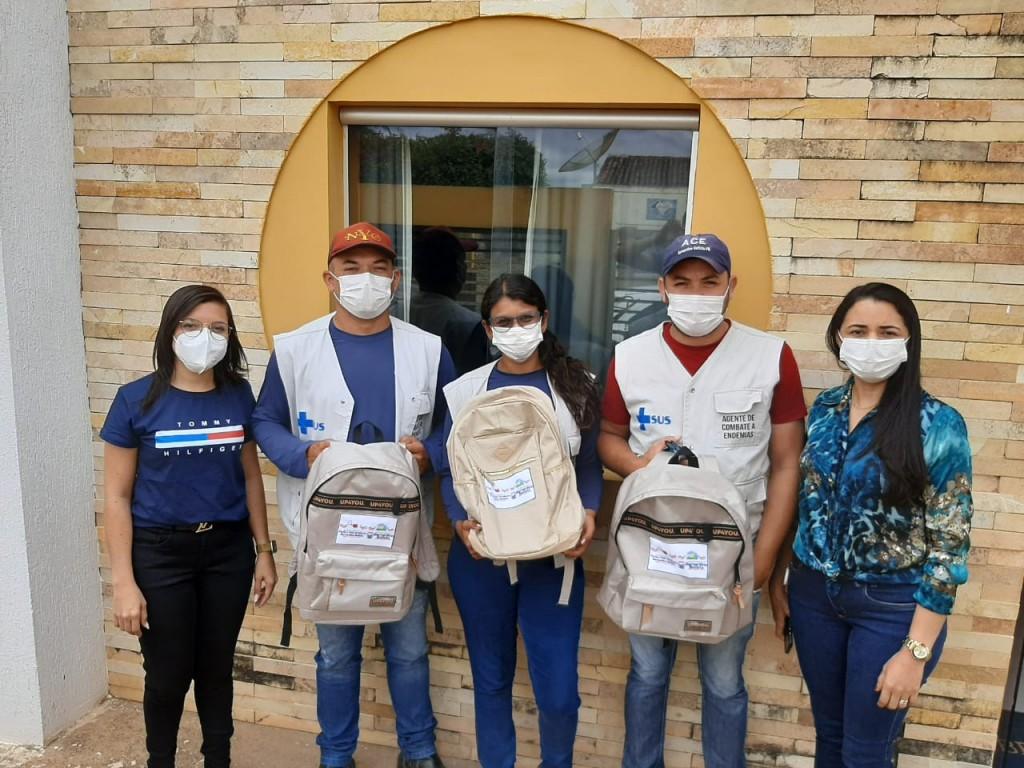 Secretaria de Saúde entrega kit de mochilas aos agentes de endemias do município