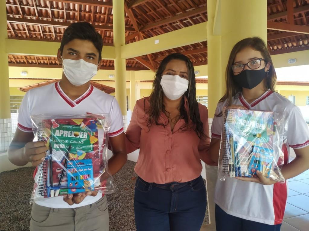 Prefeitura de Bernardino Batista inicia entrega dos kits escolares em sua rede de ensino